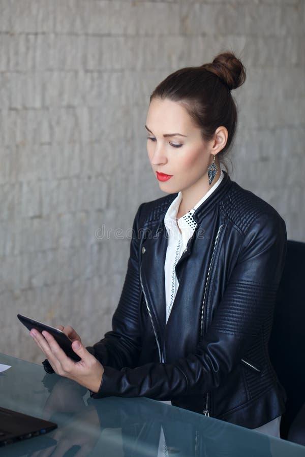 Lectura moderna de la empresaria en la tableta fotografía de archivo libre de regalías