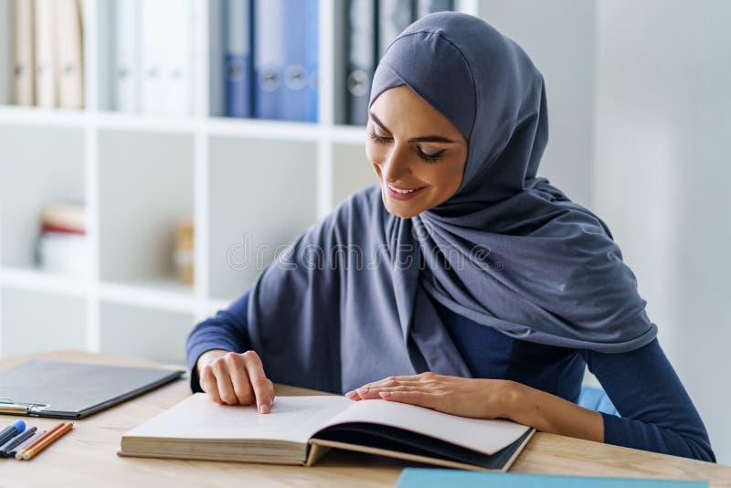Lectura musulmán hermosa de la mujer imágenes de archivo libres de regalías