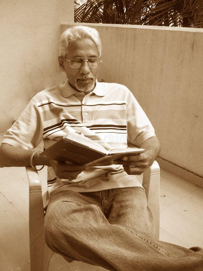 Lectura ocupada fotos de archivo