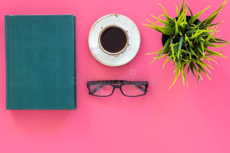 Lectura para el estudio y el trabajo concepto de la Uno mismo-educación Literatura del negocio Libros con la cubierta vacía cerca fotografía de archivo