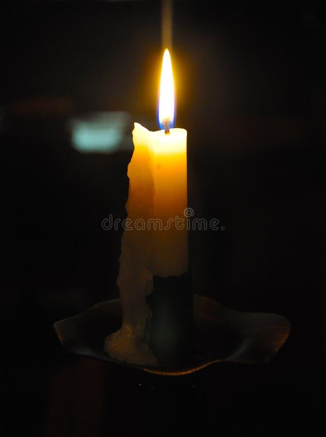 Lectura por la luz de la vela en tiempos modernos fotografía de archivo libre de regalías