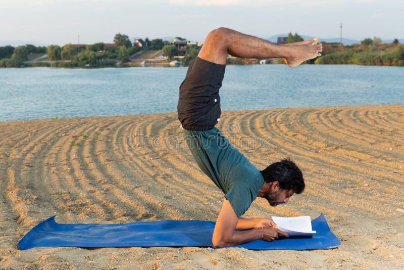 Lectura principal de la yoga en headstand fotografía de archivo libre de regalías