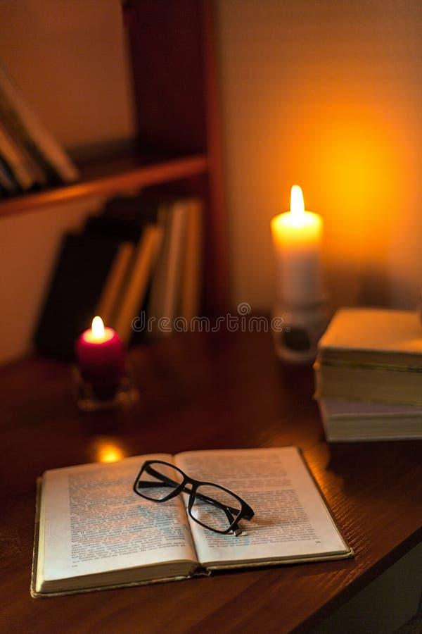 Lecture confortable un livre Temps de soirée ou de matin Concept de style de vie images libres de droits