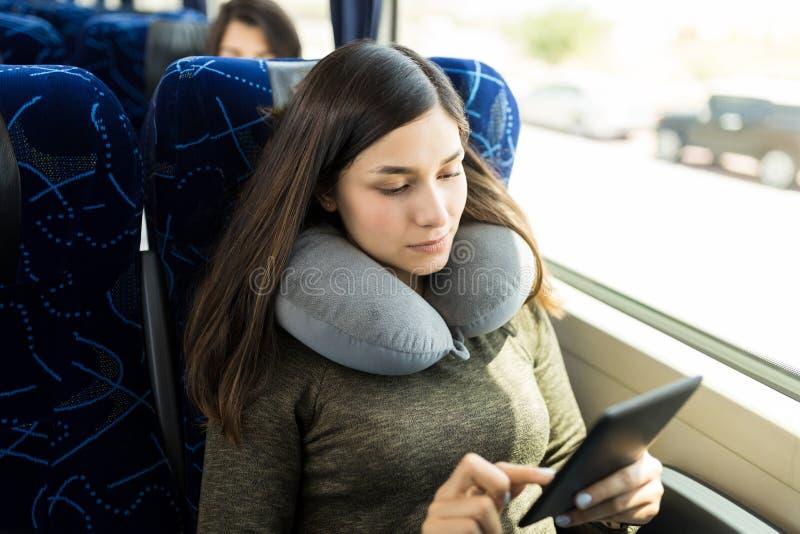 Lecture d'EBook dans le voyage d'autobus photos stock