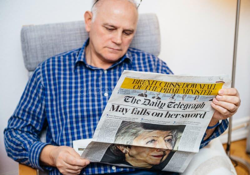 Lecture d'homme de The Daily Telegraph au sujet de Brexit photographie stock