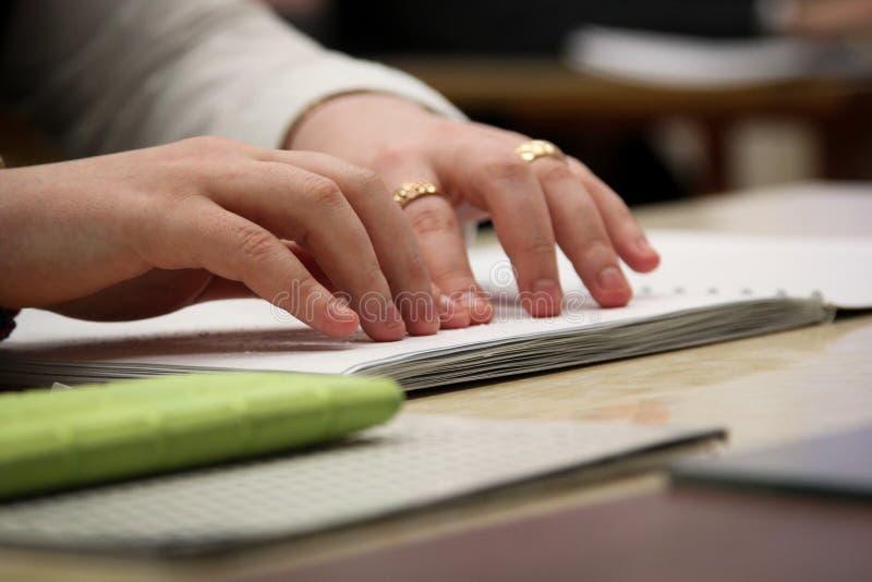 Lecture d'un livre avec Braille image libre de droits