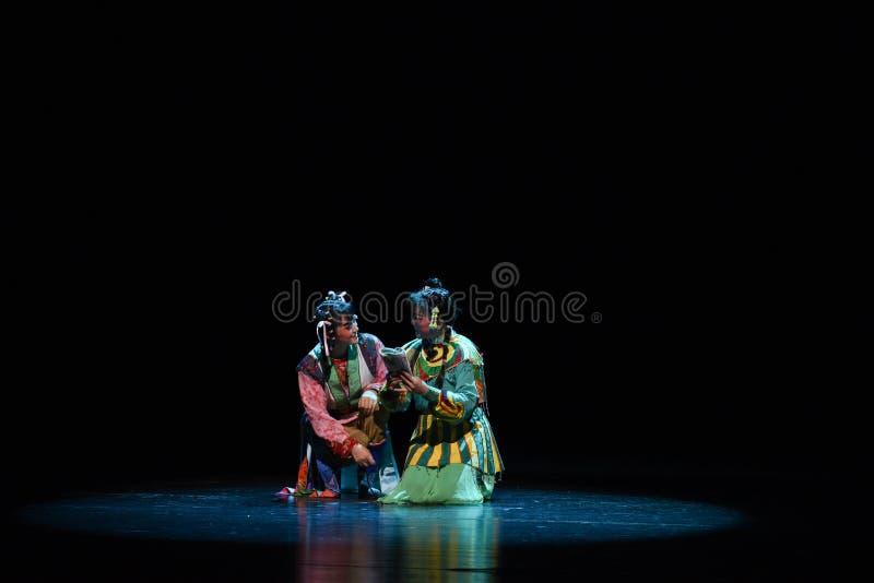 Lecture d'un livre sous la lune--€œLittle Worriors d'opéra de Pékin de  de family†de Yeuh's photo stock