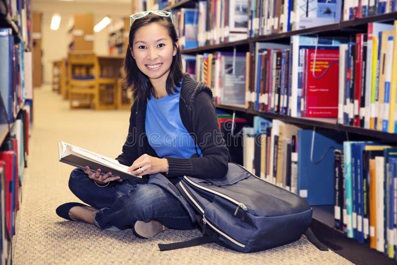 Lecture dans la bibliothèque photo libre de droits