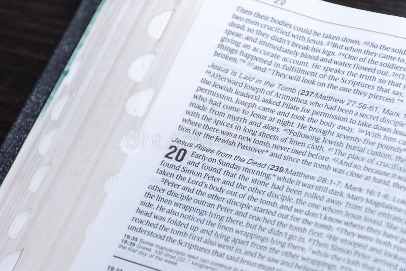 Lecture de bible de Pâques des bonnes nouvelles de la résurrection de Jesus Christ des morts Chapitre 20 de John images stock