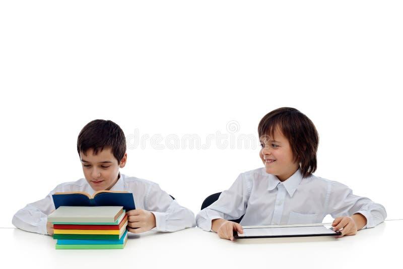 Lecture de deux garçons image stock