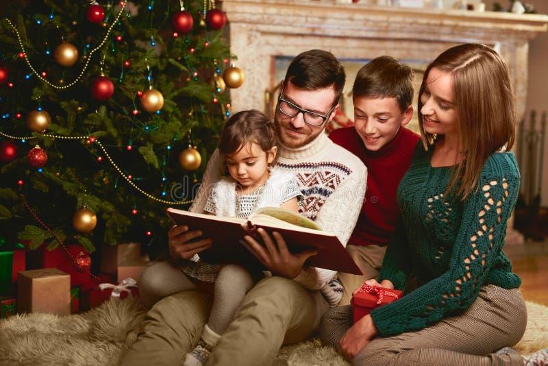 Lecture de famille de Noël image stock