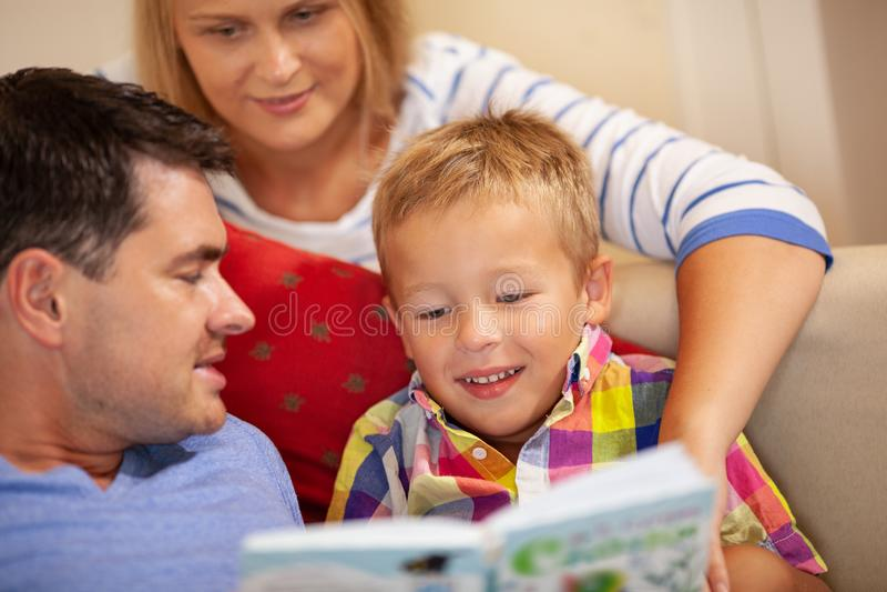 Lecture de famille photo libre de droits