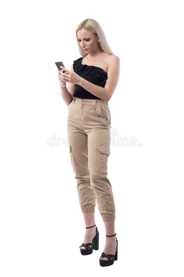 Lecture de femme et téléphone portable blonds élégants frustrants fâchés d'utilisation photo stock