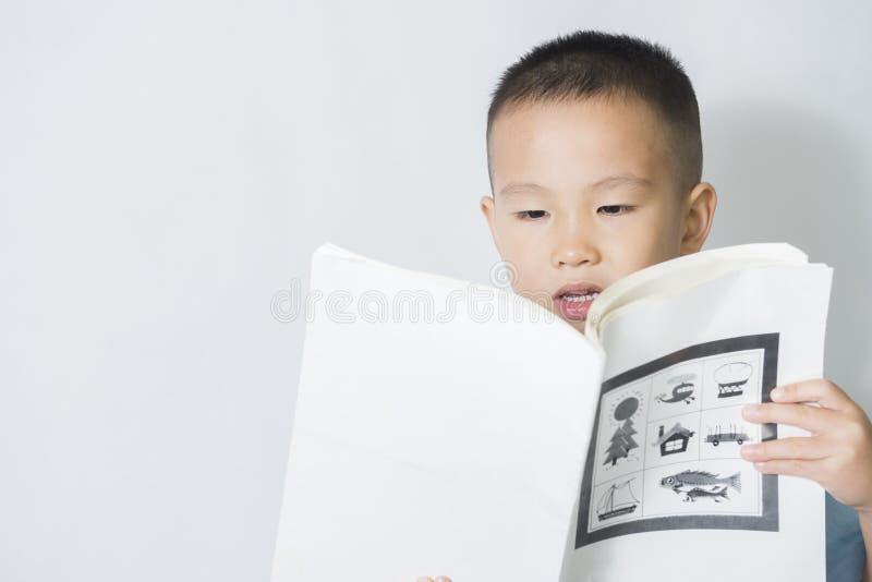 Lecture de garçon photo stock