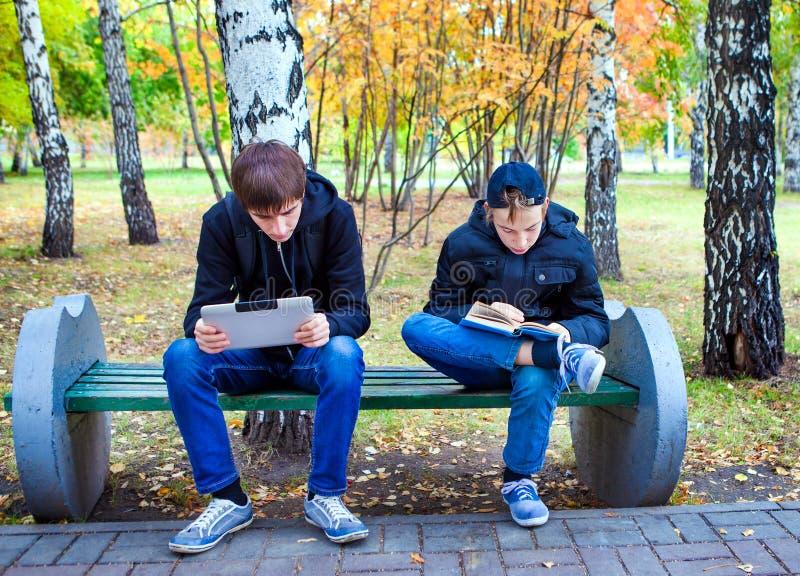 Lecture de garçons extérieure photographie stock