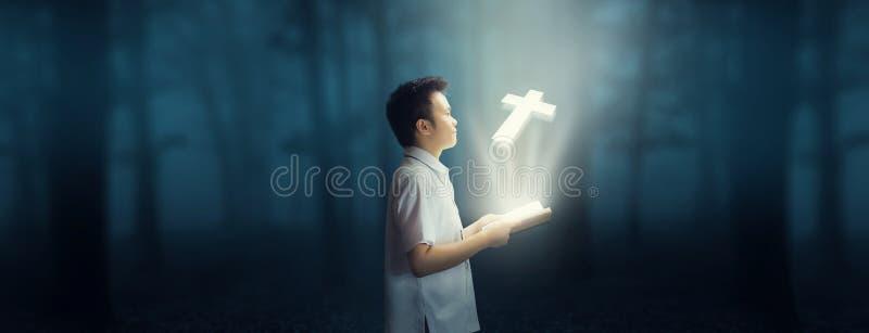 Lecture de la bible et de la foi dans Dieu images libres de droits