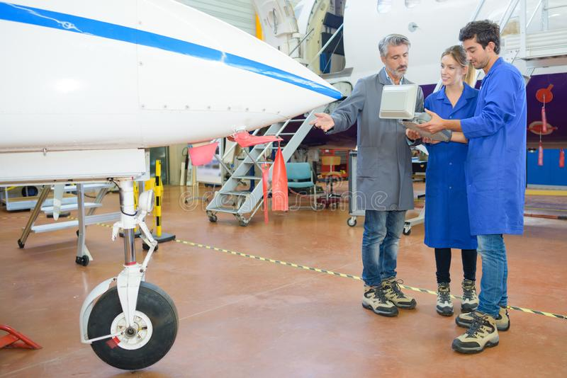 Lecture du programme de l'avion photos stock