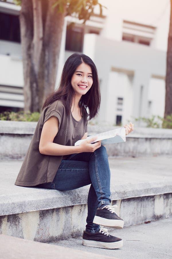 Lecture et éducation de l'adolescence de fille de centre d'enseignement supérieur Belle étude asiatique de femme image libre de droits