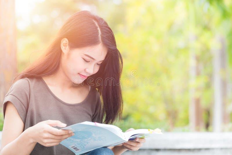 Lecture et éducation de l'adolescence de fille de centre d'enseignement supérieur La belle étude asiatique de femme a lu le livre image stock