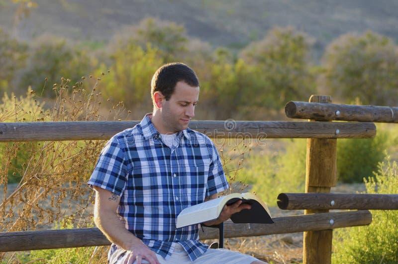 Lecture God& x27 ; s Word photo libre de droits