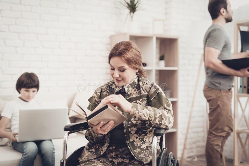 Lecture handicapée de livre de Woman In Wheelchair de soldat photo libre de droits