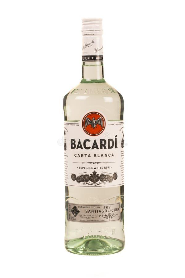 LECTURE MOLDAU LE 7 AVRIL 2016 bouteille de rhum de Bacardi avec un verre vide de glace photographie stock