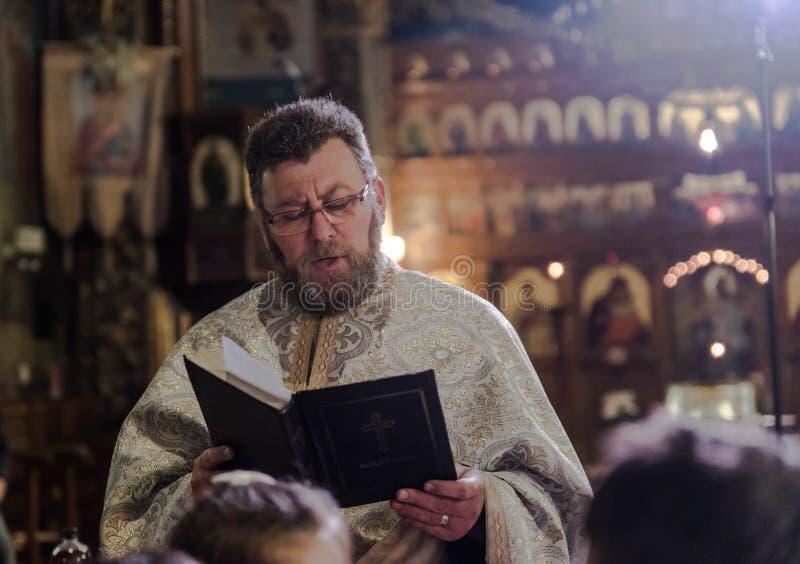 Lecture orthodoxe de prêtre dans l'église photographie stock libre de droits