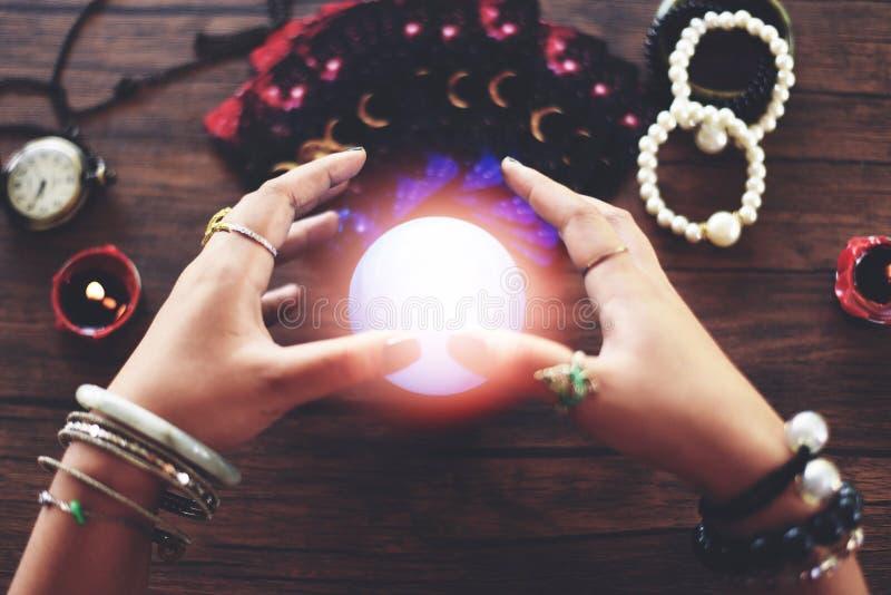 Lectures de voyant et mains de diseur de bonne aventure de boule de cristal de concept de voyance et cartes de tarot lisant la di image libre de droits