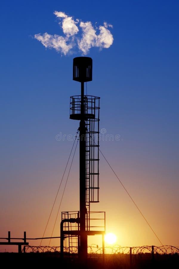 lecz to Siberia sektora ropy na zachód Pochodnie dla głowy benzynowy migotać podczas oleju przy zdjęcie stock