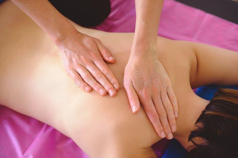 Leczniczy tylny masaż, drenaż, szkolenie i praktyka, ręki robi z powrotem masażowi zdjęcia stock