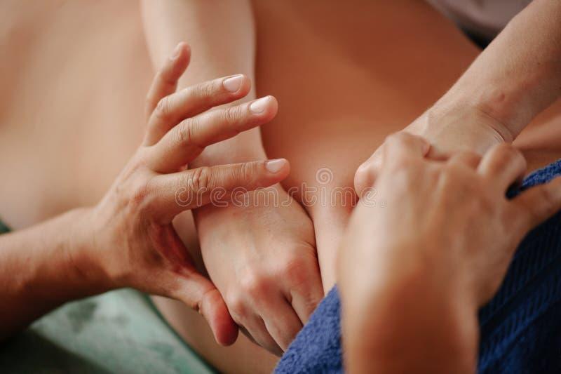 Leczniczy tylny masaż w cztery rękach, drenażu, szkoleniu i praktykach, ręki robi z powrotem masażowi obraz stock