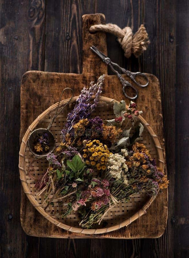 Leczniczy leczniczy ziele i kwiaty dla ziołowej herbaty, odgórny widok zdjęcia stock