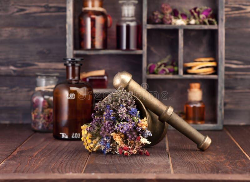 Leczniczy ziele moździerze i butelki tincture pojęcia ziołowy odosobniony medycyny biel zdjęcie royalty free