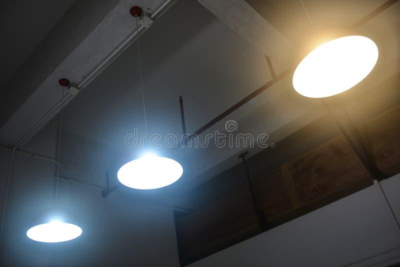 Led垂悬的照明设备在办公室 免版税库存图片