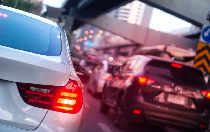 LED汽车刹车灯在堵车小时在曼谷,有火光光线影响和拷贝空间的,堵车内容的用途泰国 库存图片