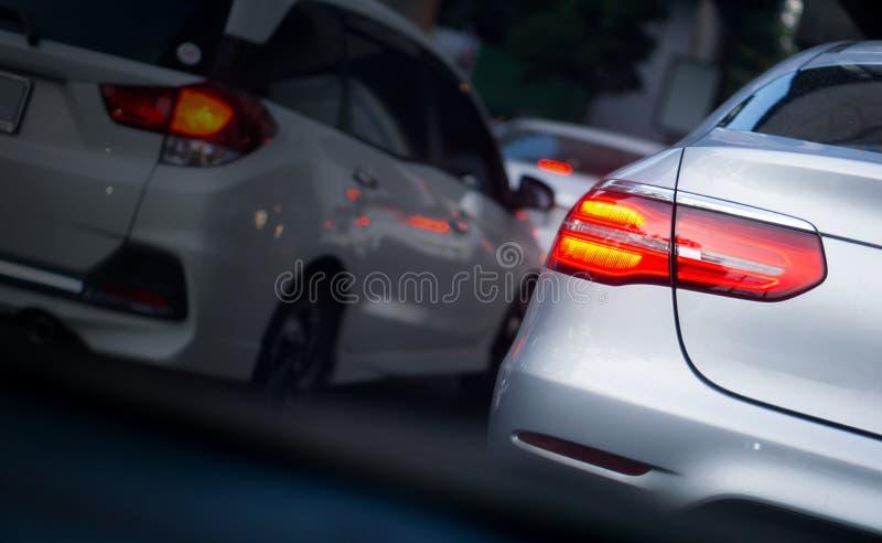 LED汽车刹车灯在堵车小时在曼谷,有火光光线影响和拷贝空间的,堵车内容的用途泰国 免版税库存照片