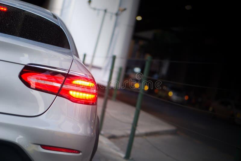 LED汽车刹车灯在堵车小时在曼谷,有火光光线影响和拷贝空间的,堵车内容的用途泰国 库存照片