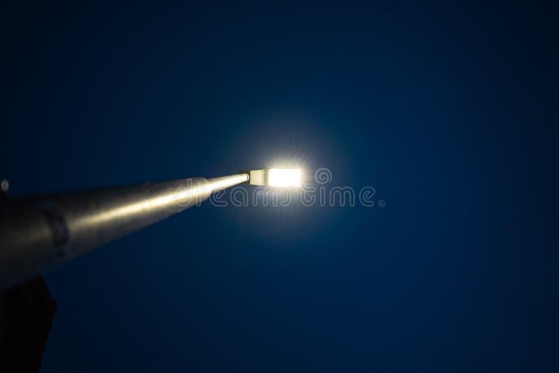 LED que se enciende en la noche en un pequeño pueblo alemán foto de archivo