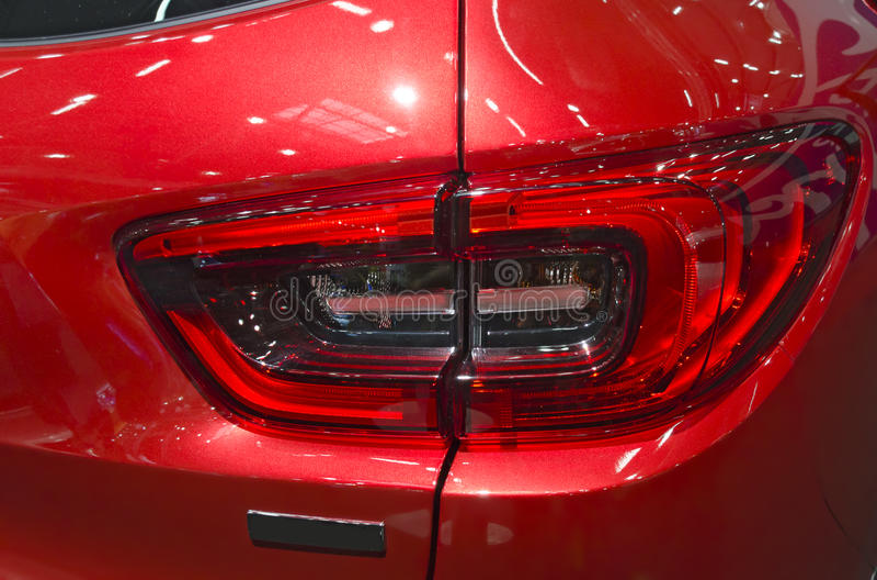 leda på svansen av en röd bil royaltyfria foton