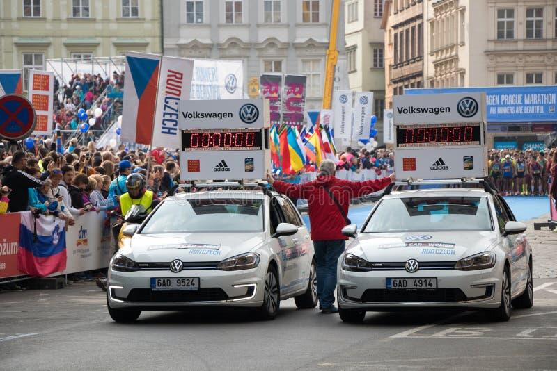 Ledande bilar på den Prague Internationalmaraton arkivfoton