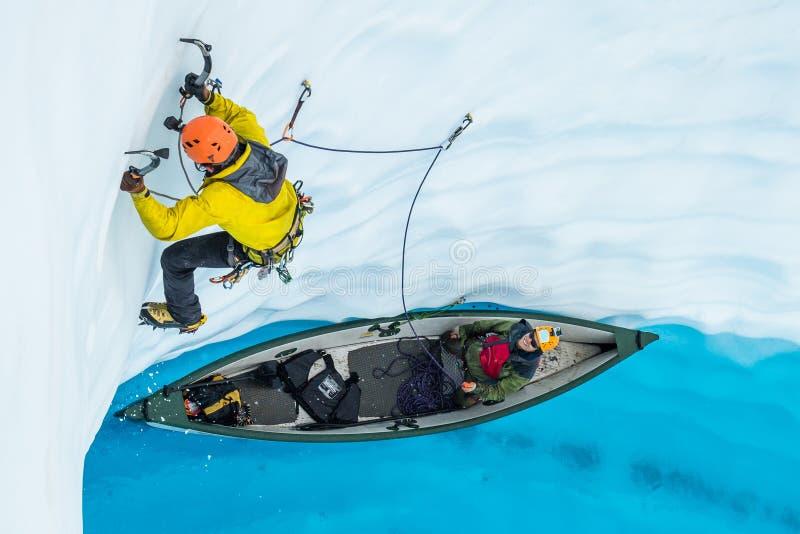 Ledande is för klättrare ut ur en uppblåsbar kanot på brant is på den Matanuska glaciären i Alaska arkivbild
