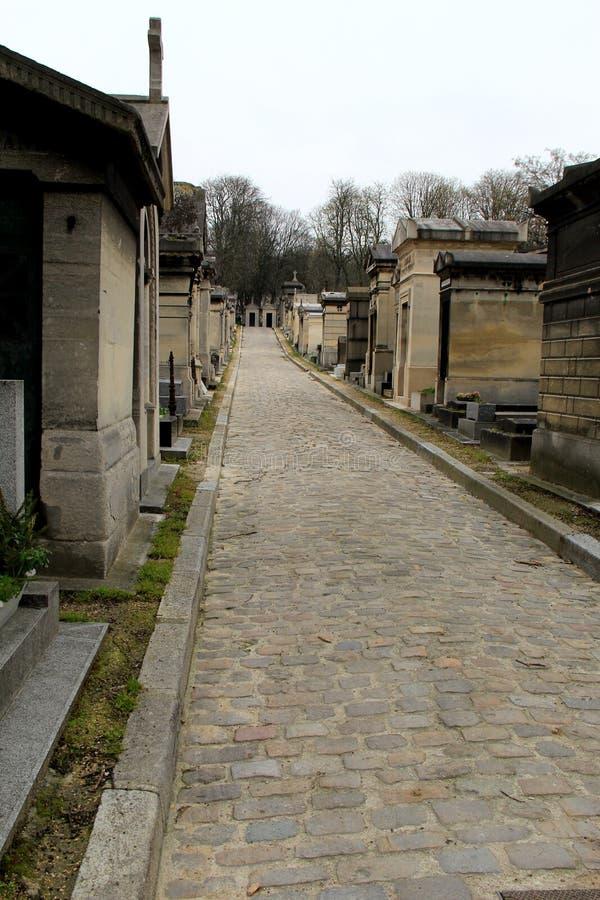 Ledande folk för kullerstenbana till och med den berömda gränsmärket, Pere Lachaise Cemetery, Paris, 2016 royaltyfri foto