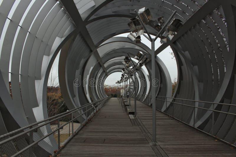 Ledande linjer av den Arganzuela spången på floden Manzanares royaltyfri bild
