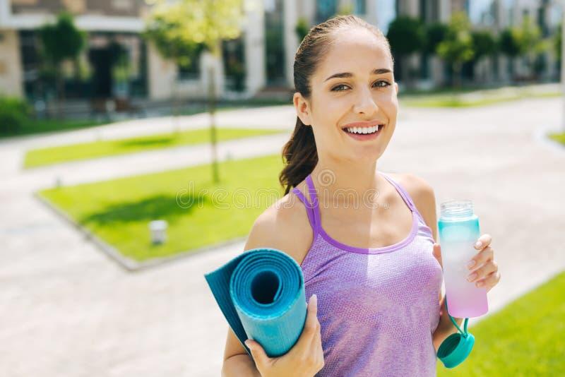 Ledande sund livsstil för förtjust trevlig kvinna arkivbilder