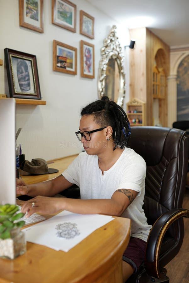 Ledar- arbete för tatuering på datoren arkivbild