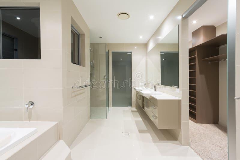 Ledar- badrum i nytt modernt hem fotografering för bildbyråer