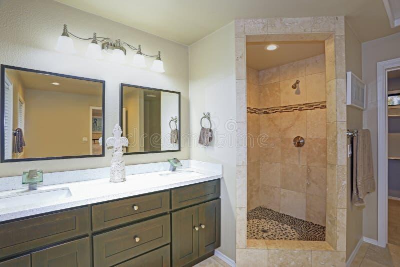 Ledar- badrumdesign med dubbel fåfänga och gå-i dusch arkivfoton