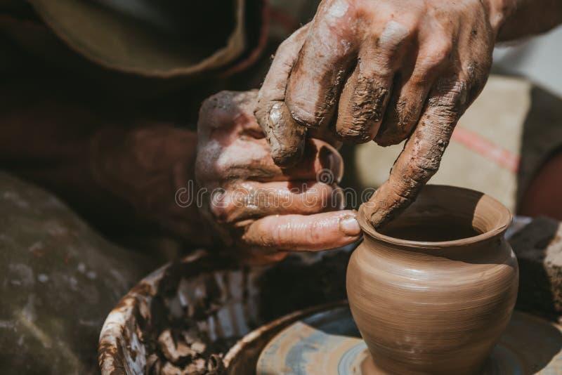 Ledar- händer gör en kruka av lera Mästarklass rymms i naturen, närbild fotografering för bildbyråer