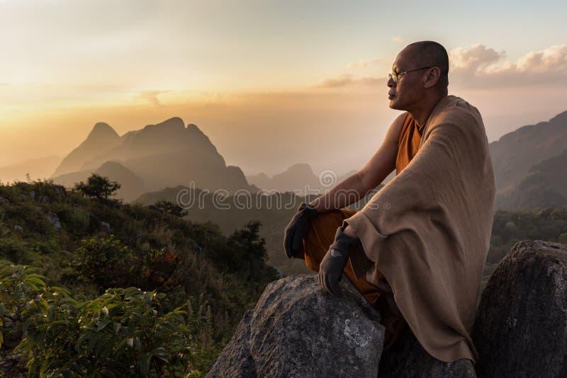 Ledar- munk för buddist som mediterar i berg royaltyfri fotografi