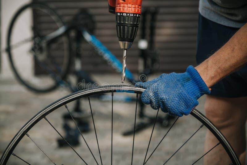 Ledar- reparationscykelhjul med en drillborr royaltyfri bild